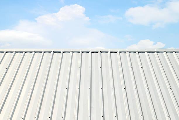 corrugated Aluminium Dach mit blauem Himmel – Foto