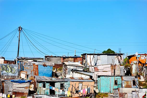 wellblech hütten in khayelitsha, cape town - eisenmangel was tun stock-fotos und bilder