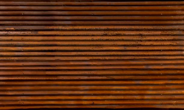 오래 된 녹슨 표면 배경에 대 한 갈색의 골된 아연 울타리 스톡 사진