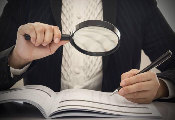 korruption-audit - buchprüfung stock-fotos und bilder