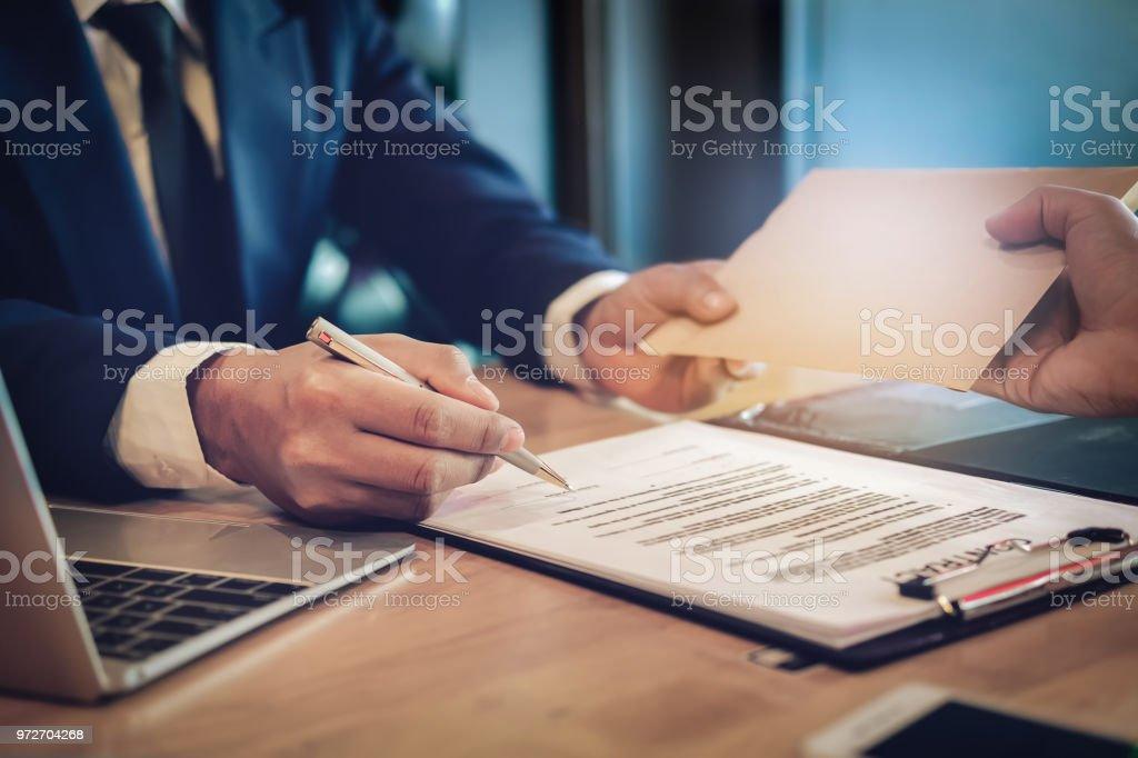 Korruption-Konzept, bietet der Auftragnehmer Sondervergütung, Prokurist des Abkommens. – Foto