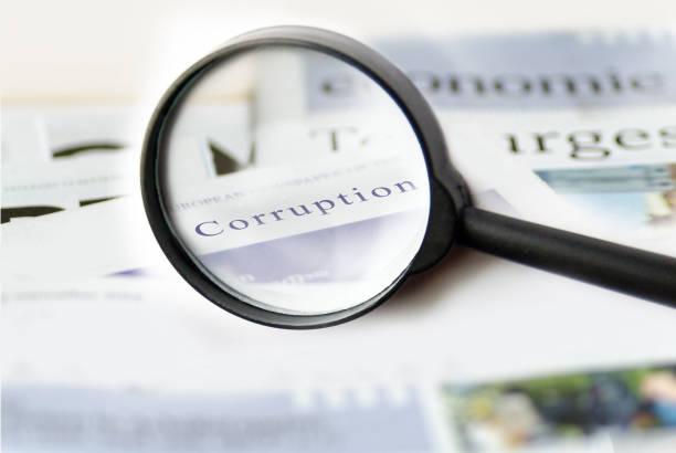 虫眼鏡で紙を示す破損ニュース コンセプト - 腐敗 ストックフォトと画像
