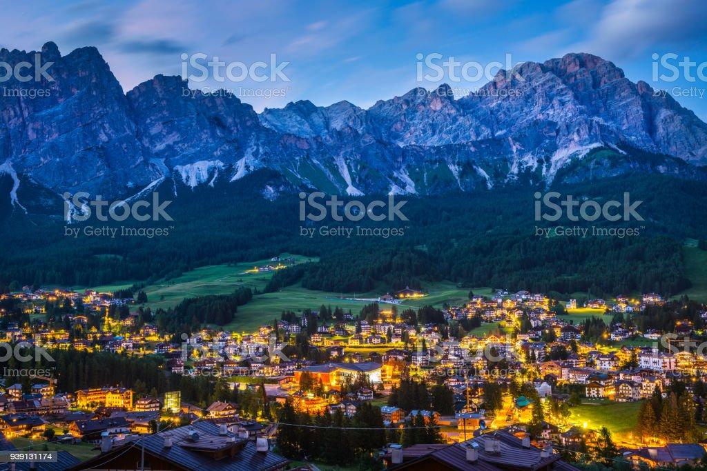 Cortina d'Ampezzo. ItaIy. Ville de nuit dans les montagnes - Photo