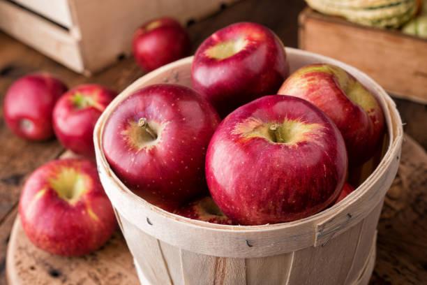 cortland appels - appel stockfoto's en -beelden