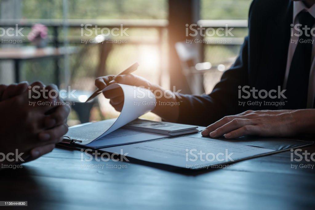 Coruption の概念、銀行の従業員やビジネスマンは、ビジネス犯罪に関与するものから賄賂を受け取ります。 - オフィスのロイヤリティフリーストックフォト