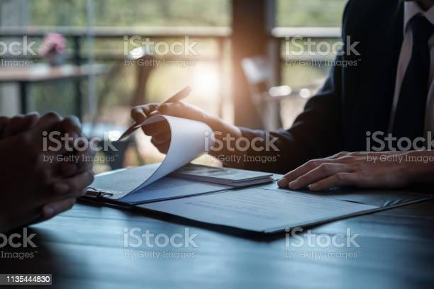 Coruption の概念銀行の従業員やビジネスマンはビジネス犯罪に関与するものから賄賂を受け取ります - オフィスのストックフォトや画像を多数ご用意