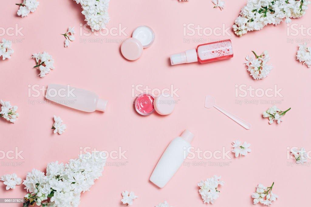 Fiori cosmetici e lilla - Foto stock royalty-free di Trattamento per la pelle