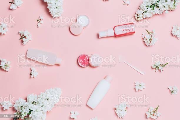 Fiori Cosmetici E Lilla - Fotografie stock e altre immagini di Trattamento per la pelle