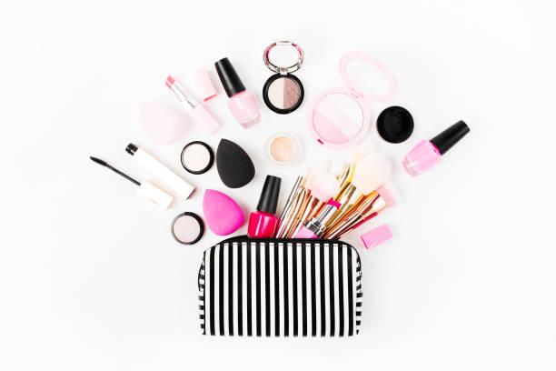 kosmetische tasche mit beauty-accessoire und make-up-produkt. wohnung gelegt - rosa glitzer nägel stock-fotos und bilder