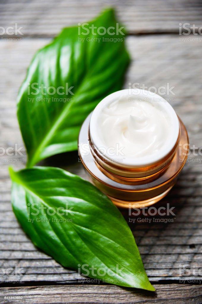 Kosmetische Flasche Behälter mit grünen Kräuter Blätter, leere Beschriftung für branding Mock-up, – Foto