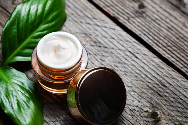 cosmetische fles container met groene kruiden verlaat, blank label voor branding mock-up, - creme huid stockfoto's en -beelden