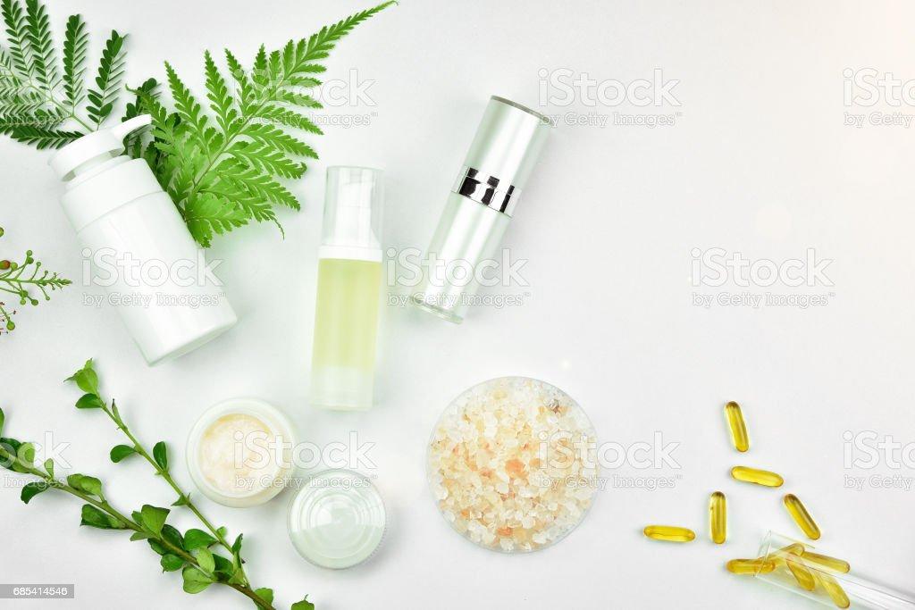 Kosmetische Flasche Behälter mit grünen Kräuter Blätter, leeres Etikett Paket für branding-Mock-up – Foto
