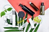 緑ハーブの葉、自然の美しさの製品コンセプト、ブランディング モックアップの空白のラベルの化粧品ボトル容器フラット色の背景上に置きます。