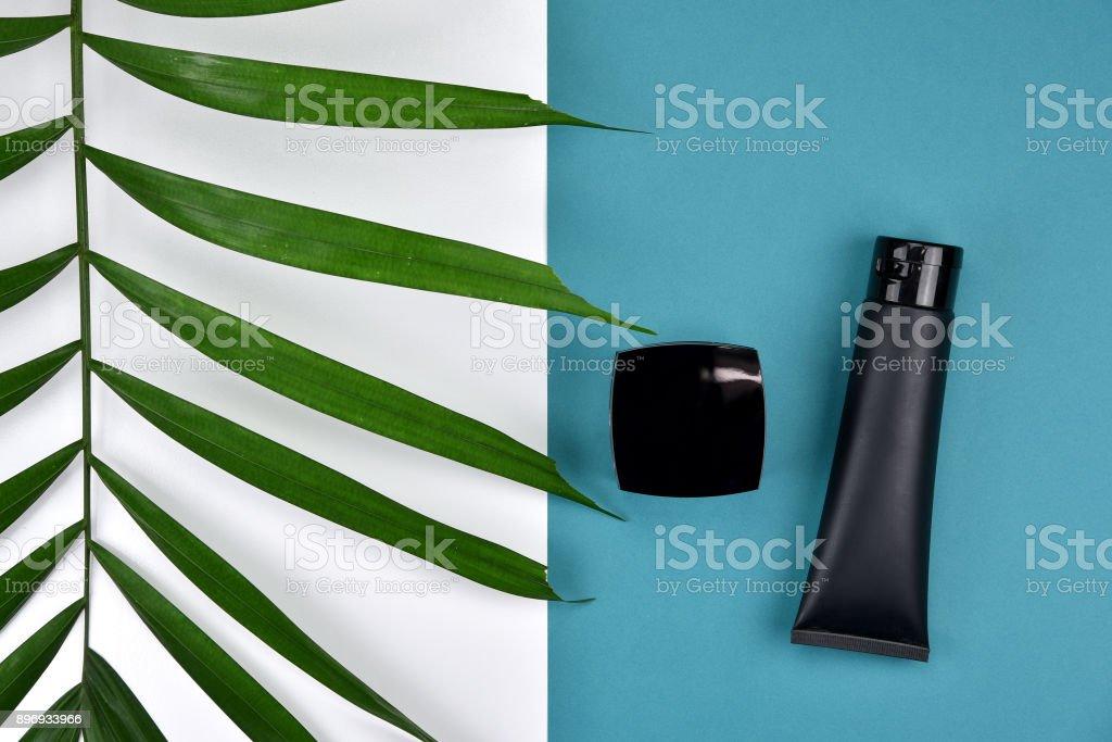 Kosmetische Flasche Behälter mit Kräuter-, grünen Blättern, leere Beschriftung für branding Mock-up, natürliche Schönheit Produktkonzept, lag flach auf farbigem Hintergrund. – Foto
