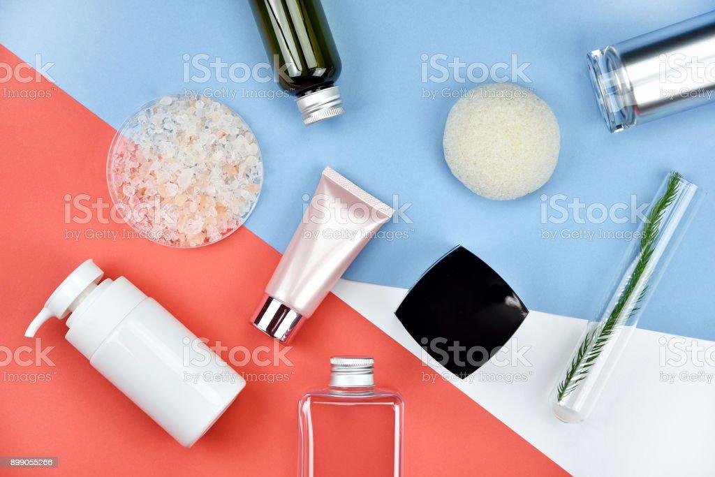 Kosmetische Flasche Behälter mit natürlichen Inhaltsstoffen, leere Beschriftung für branding Mock-up, natürliche Schönheit Produktkonzept, lag flach auf farbigem Hintergrund. – Foto