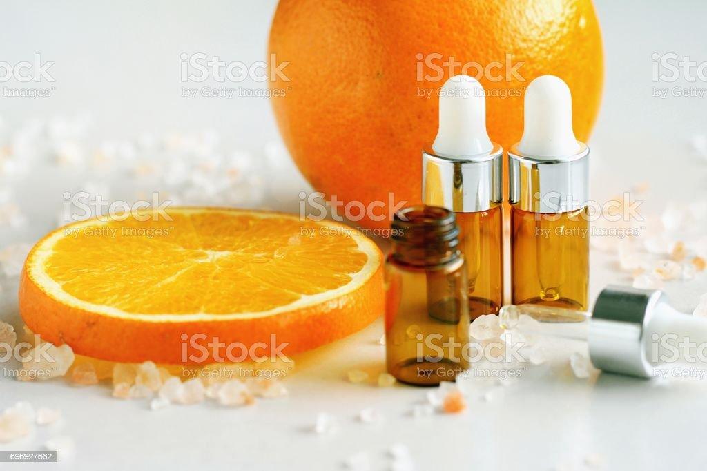 Kosmetische braune Flasche Behälter mit frischem Orangenscheiben, leere Beschriftung für das branding Mock-up, natürliches Vitamin C-Beauty-Produkt-Konzept. – Foto