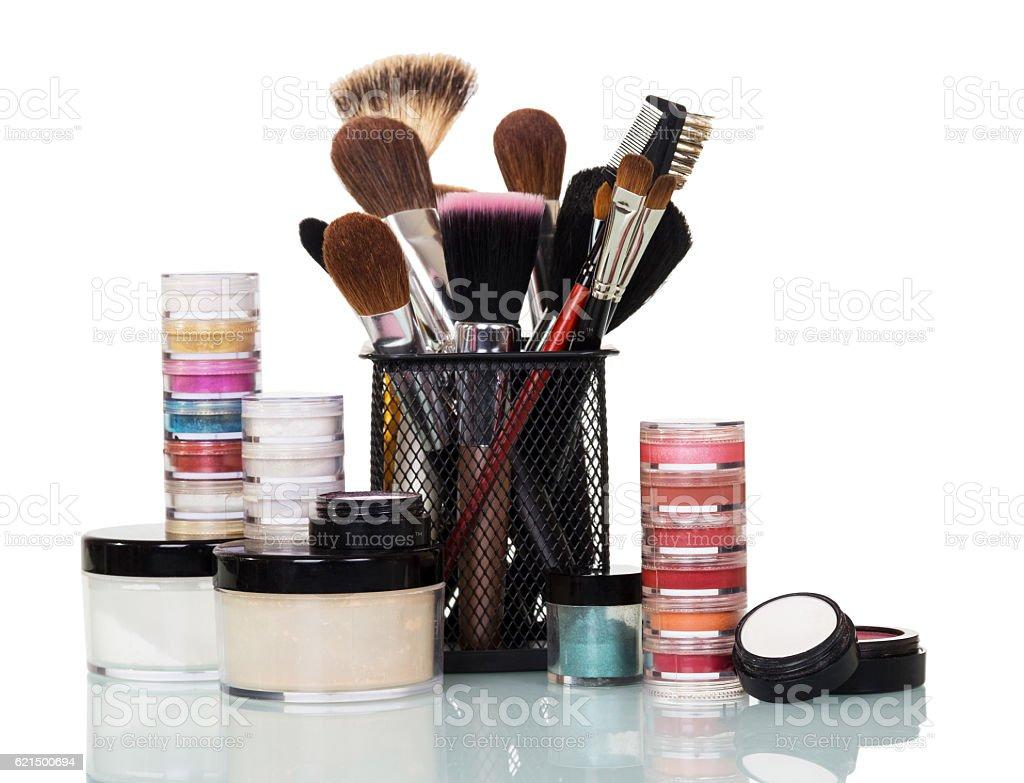 Cosmetic brush, eye shadow, lip gloss, blush, cream jars isolated. photo libre de droits