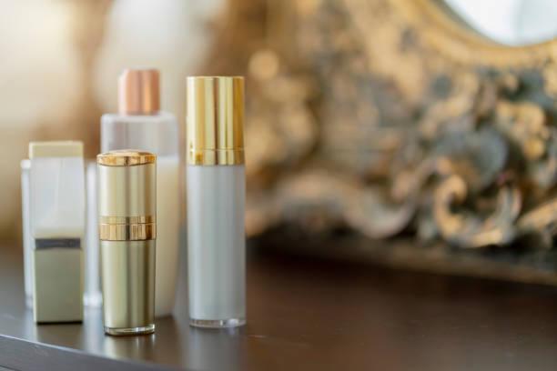 Kosmetik klare Glasflasche auf Pulververkleidungstisch mit freiem Kopierplatz – Foto