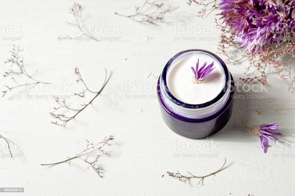 kosmetische Creme und Lavendel Blumen auf weißem Holz Tabellenhintergrund – Foto