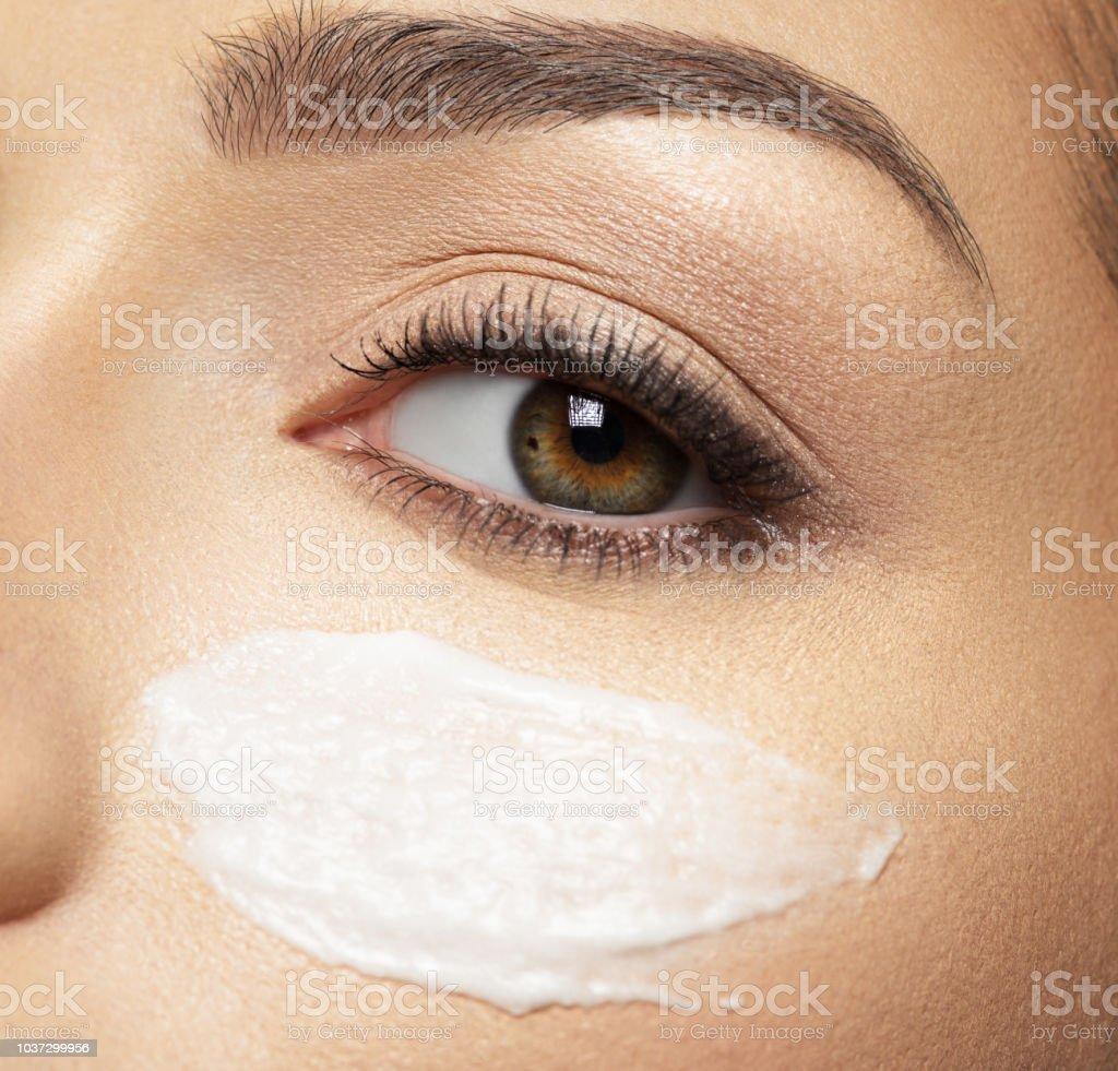 kosmetischen Creme Abstrich auf Gesicht in der Nähe von Auge – Foto