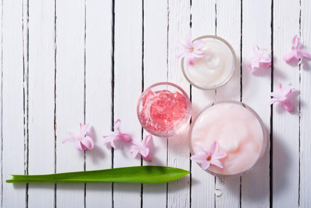 Kosmetische Cremes und Hyazinthenblumen – Foto