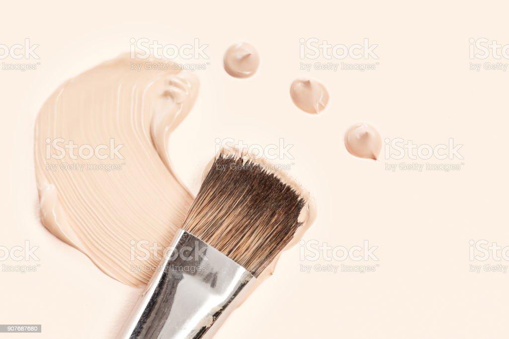 화장품 기초 크림과 파우더 브러쉬 스톡 사진