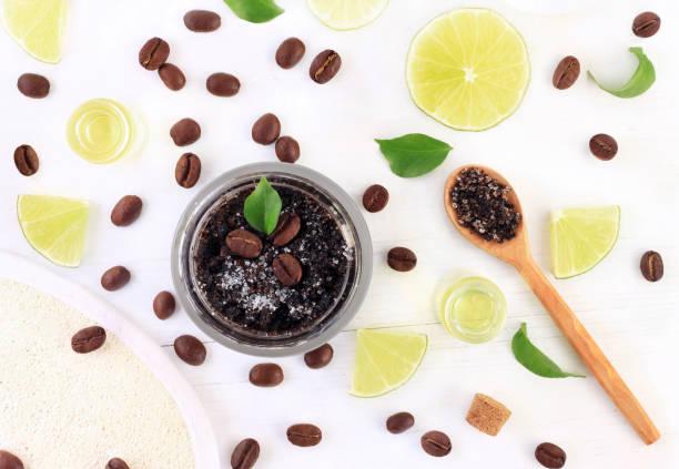 kosmetischen glas hausgemachter kaffee basierte peeling mit frischer zitrone ätherisches öl - kaffeepeeling stock-fotos und bilder