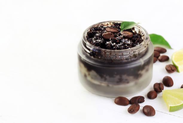 kosmetische matte glas glas von kaffeesatz natürliches peeling mit zucker gemischt - kaffeepeeling stock-fotos und bilder