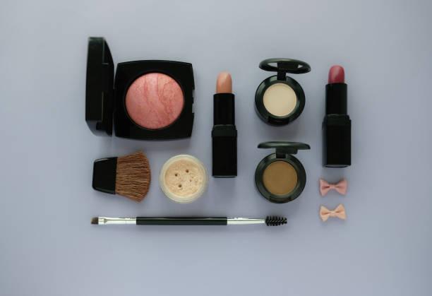 化粧品包装 .makeup 紫色の背景に設定します。ブラシ、財団、アイシャドウ、口紅、パウダー、クリームのスキンケア血清をグループ化します。顔の美しさの製品。美容。アーティスト アクセサリーを作る。 ストックフォト