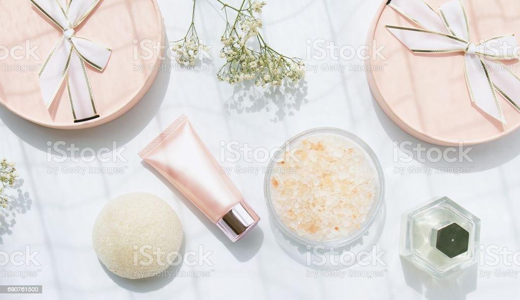 Kosmetische Rosa Flasche Behälter mit Band und Geschenk-Boxen, leere Beschriftung für branding Mock-up, Geschenk set Flaschen für Sale Aktion – Foto