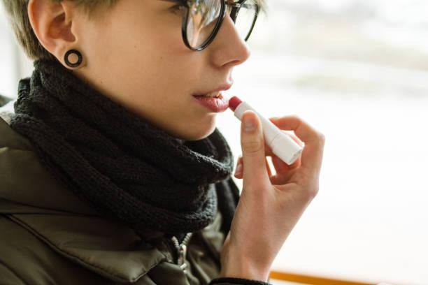 Kosmetisches Produkt Schönheit Pflege Routine Mädchen Lippenbalsam – Foto