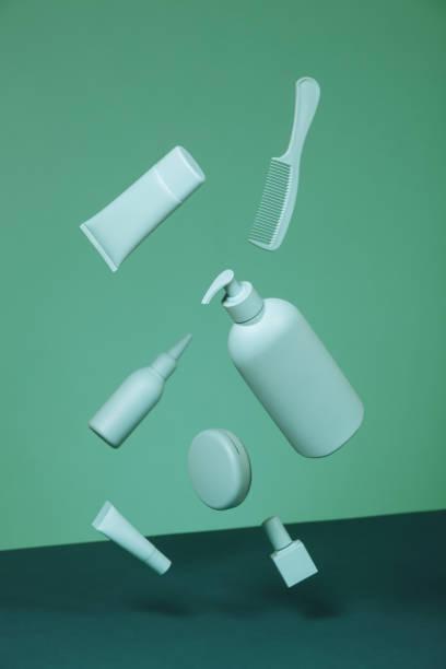 produits cosmétiques de couleur verte monochrome - fond couleur uni photos et images de collection