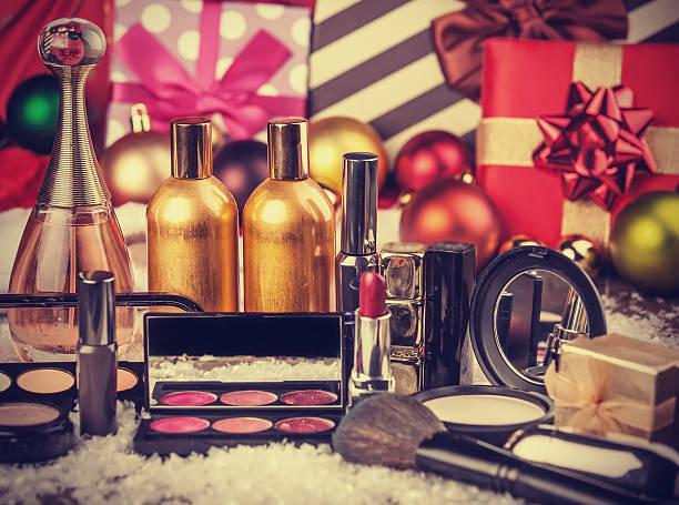 kosmetik und weihnachten geschenke - bandanzeige stock-fotos und bilder