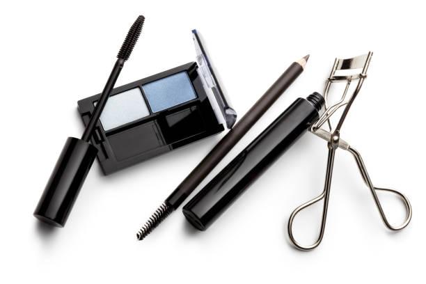 kosmetik: eyeshadow palette, eyeliner, mascara und wimpernzange, isolated on white background - blaues augen make up stock-fotos und bilder