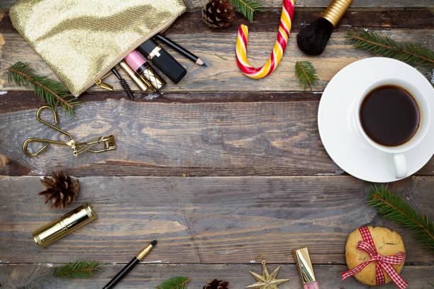 kosmetik für make-up und weihnachtsdekorationen auf einem hölzernen hintergrund. flach zu legen - make up torte stock-fotos und bilder
