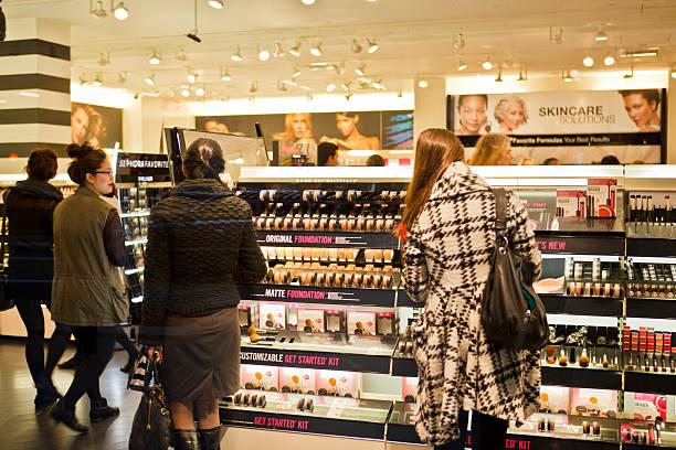 kosmetyki zakupy manhattan - brand name zdjęcia i obrazy z banku zdjęć