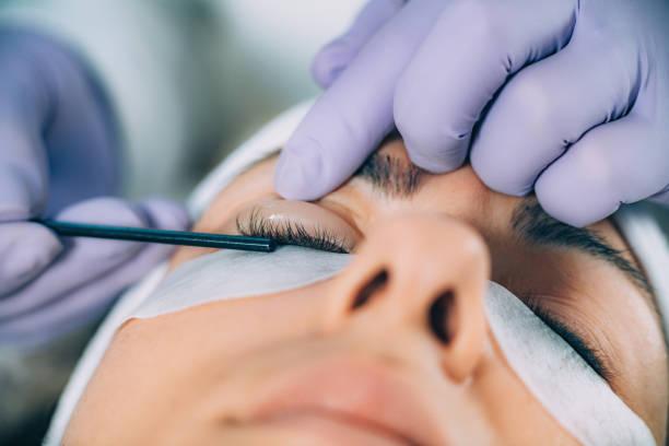 Cosmetologe beim Lash Lifting – Foto
