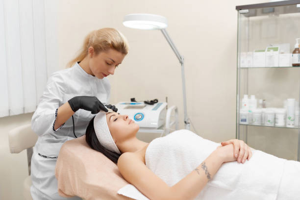 プロシージャ ハードウェア美容を行う美容師 ストックフォト