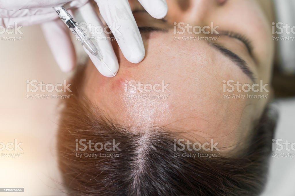 Esthéticienne dans un salon de beauté spa fait le traitement de l'acné à l'aide d'instrument mécanique. - Photo de Adulte libre de droits