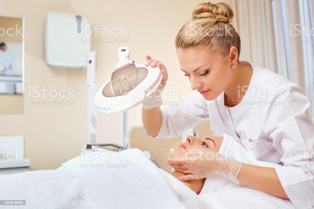 美容師はオフィスで患者と専門家 ロイヤリティフリーストックフォト