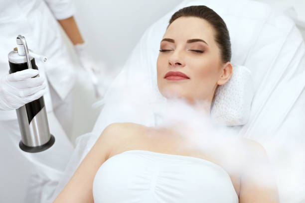 cosmetology. woman at facial oxygen cryotherapy at beauty centre - crioterapia foto e immagini stock