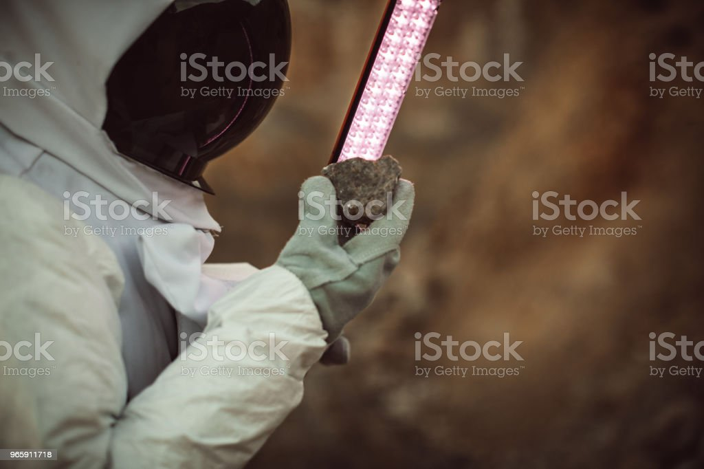 Kosmonaut rots van Mars te onderzoeken - Royalty-free Alleen volwassenen Stockfoto