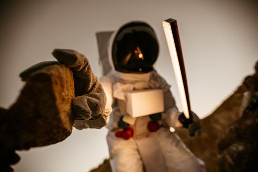 Kosmonaut Oppakken Van De Rots Stockfoto en meer beelden van Alleen volwassenen
