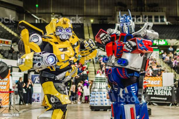 Cosplay as transformers characters bumblebee and optimus prime picture id866947418?b=1&k=6&m=866947418&s=612x612&h=zzn zfrtgb0rmgh3auehbbdtjlgokrizjlfnpdsd0fa=
