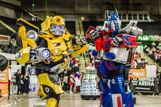 cosplay as transformers characters 'bumblebee' and 'optimus prime' - serie televisiva foto e immagini stock