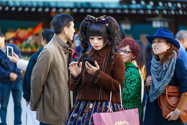 kostümspiel mädchen auf meiji-jingu-schrein in tokio - tokyo cosplay stock-fotos und bilder