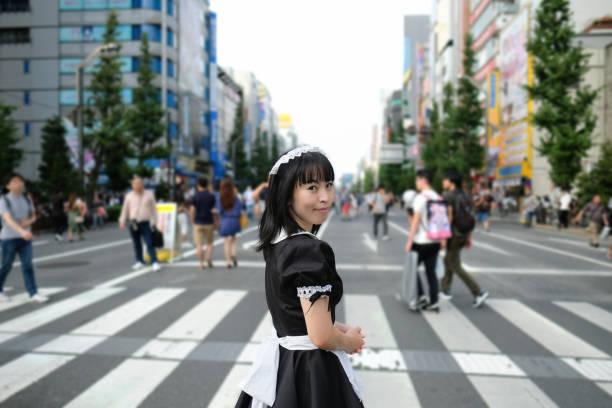 cosplay hausmädchen gehen auf der straße in akihabara, tokyo - tokyo cosplay stock-fotos und bilder