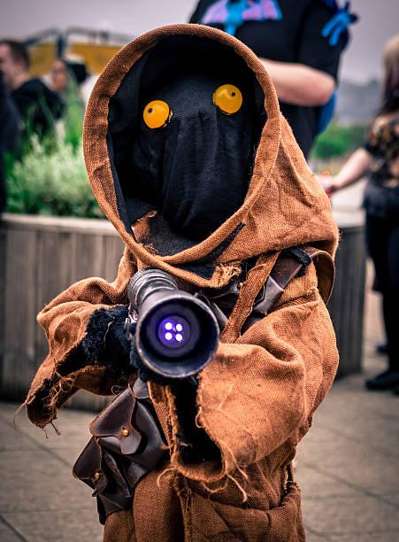 cosplayer dressed as a 'jawa' from 'star wars' - faschingskostüme star wars stock-fotos und bilder