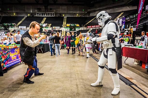 cosplayers dressed as a 'stormtrooper' and 'han solo' - faschingskostüme star wars stock-fotos und bilder