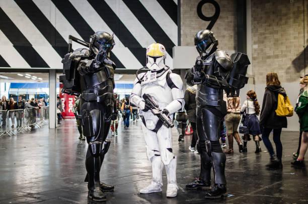 cosplayer verkleidet als star wars-charaktere - faschingskostüme star wars stock-fotos und bilder